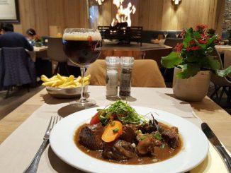 Мясо по-фламандски с картофелем-фри и пивом. Гранд-кафе Бельфор, Брюгге, Бельгия.