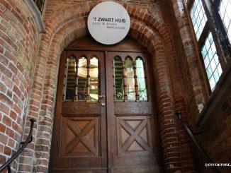 Вход в ресторан 'T Zwart Huis, Брюгге, Бельгия.